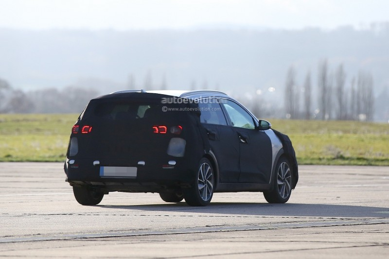 spyshots-kia-niro-spied-testing-with-vw-golf-gte_6.jpg