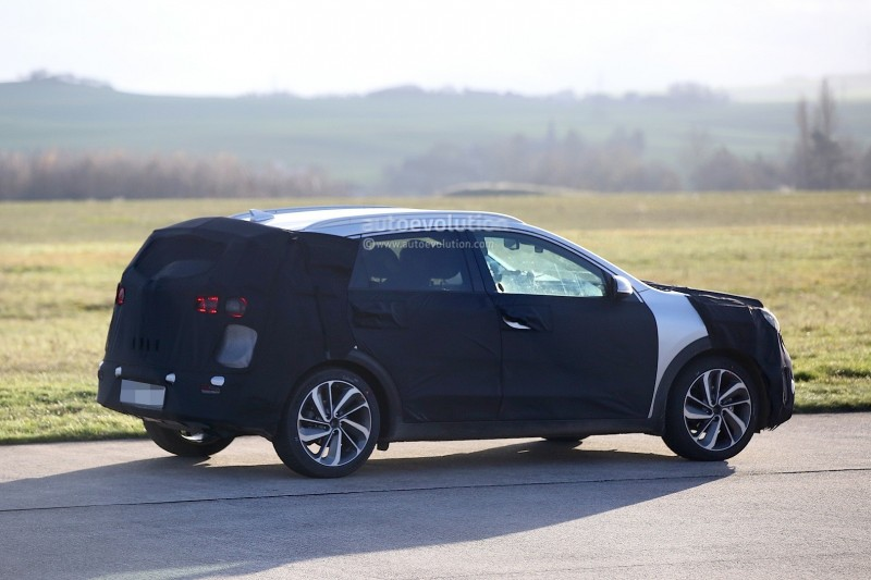spyshots-kia-niro-spied-testing-with-vw-golf-gte_8.jpg