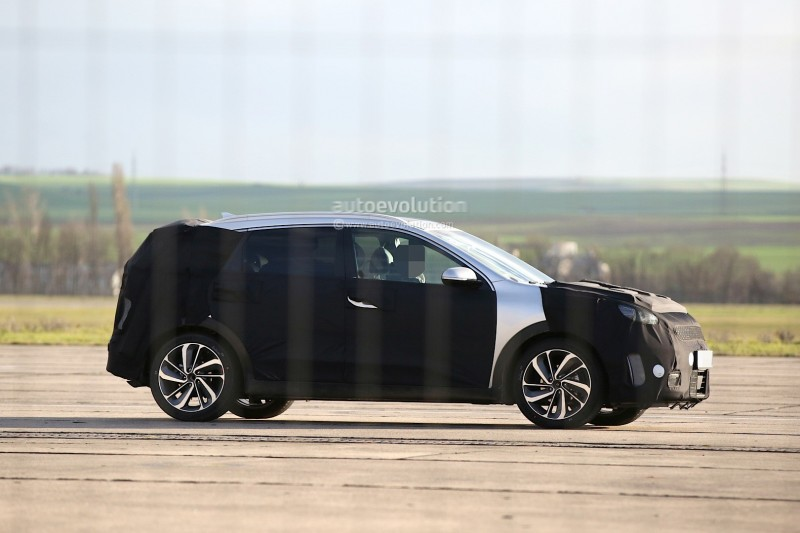 spyshots-kia-niro-spied-testing-with-vw-golf-gte_12.jpg