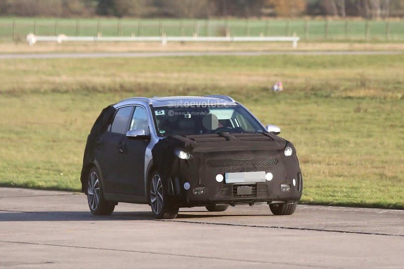 spyshots-kia-niro-spied-testing-with-vw-golf-gte_14.jpg