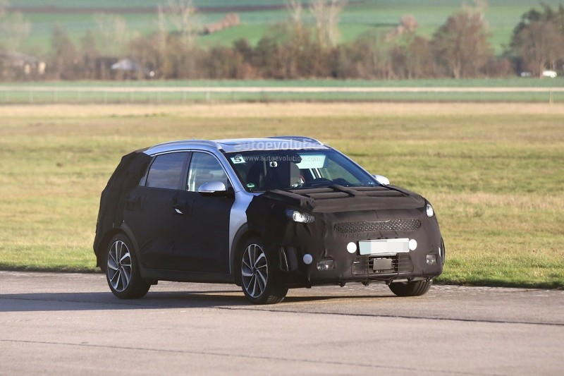 spyshots-kia-niro-spied-testing-with-vw-golf-gte_15.jpg